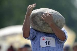 Un atleta si cimenta nel lancio della pietra